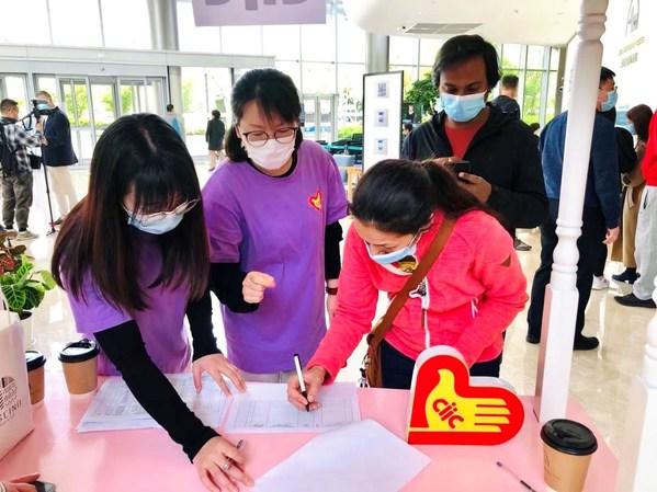 中智小语种志愿者协助来访登记