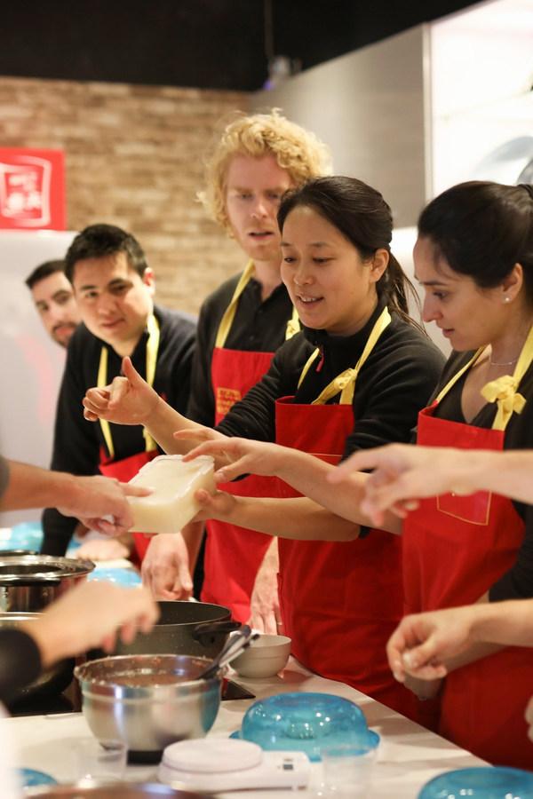 Airbnb爱彼迎发布《玩转体验》课程,赋能青年灵活就业、高能创收