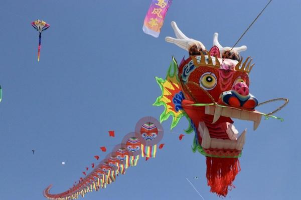 제38회 웨이팡 국제 연날리기 축제에서 세계 최대의 용 연 공개