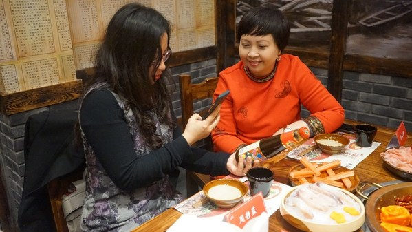 李锦记中国企业事务总监赖洁珊女士(右)向媒体分享辨别优质蚝油的秘诀