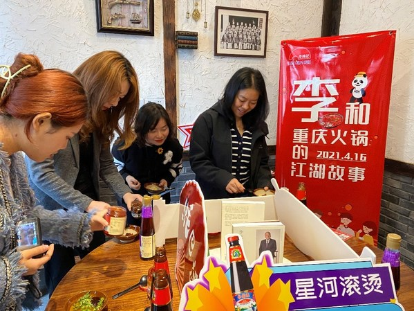 媒体记者利用丰富的李锦记酱料调制美味火锅蘸料