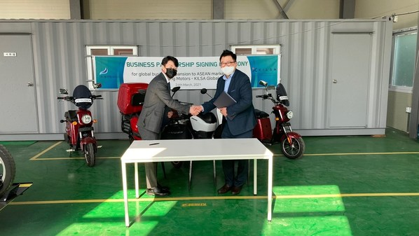 Mobility company BlueWing Motors and global market entry specialist KILSA signed a joint business agreement on the 24th of March 2021. (Kim Min-ho, CEO of Blue Wing Motors (right) Kevin Kwon, Country Director of KILSA Global (left) - source: Blue Wing Motors)