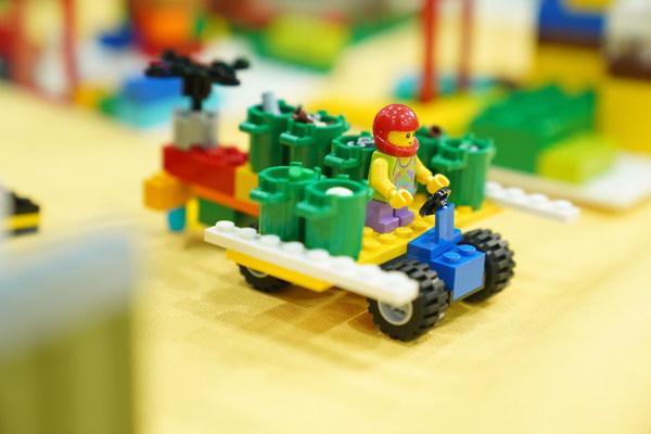 小朋友们运用乐高积木颗粒表达可持续发展创想