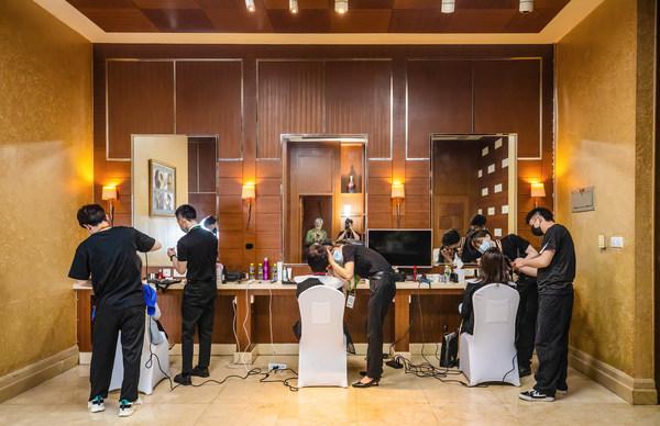 法国娇兰专业彩妆造型师团队为与会嘉宾提供妆发服务