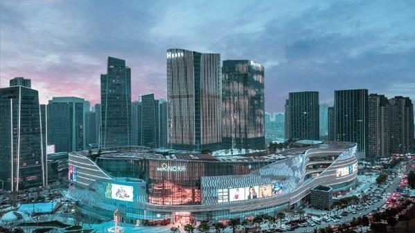 """""""重庆光环""""是香港置地全新生活零售系列旗下的首个项目,为一座七层高的购物中心,净可出租面积约74万平方米。"""