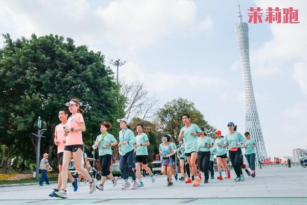 """近200名跑友通过两场活力满满的朝阳跑尽情为爱奔跑,进一步提升了对女性""""两癌""""的防治意识"""