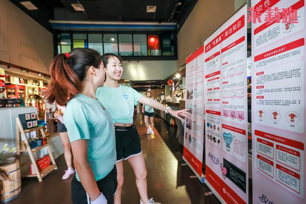 """活动现场精心设置的公益宣言墙等让跑友对女性""""两癌""""的科学防治有了进一步的认知"""