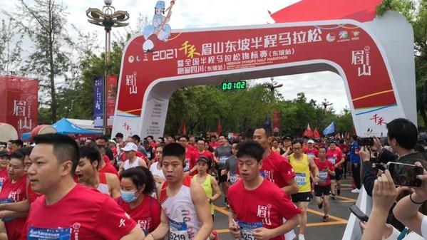"""Lomba """"2021 Meishan Dongpo Half Marathon"""" digelar di Meishan, provinsi Sichuan, diikuti lebih dari 15.000 pelari asal Tiongkok."""
