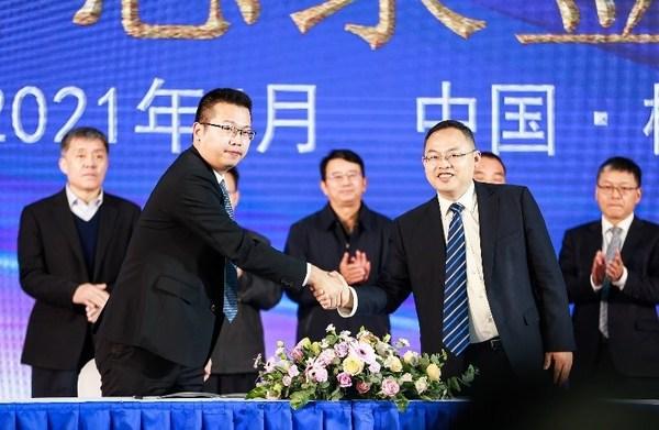 左:德州儀器(TI)華南區總經理邱勁偉先生    右:中車株洲所副總經理張向陽先生