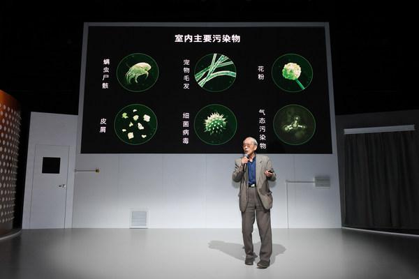 中国科学院大气物理研究所研究员王庚辰现场介绍室内主要污染源