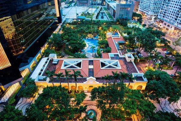 澳門雅辰酒店位於城市中心地段,設有奢華水療中心、游泳池、兒童中心等設施,為每位賓客提供「唯一真 ‧ 城市度假村體驗」,讓賓客遠離喧囂。