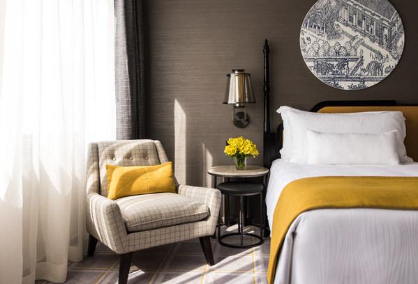 酒店每間客房均經過精心設計,飾有由澳門知名土生葡人藝術家馬若龍創作的葡萄牙藍白色彩繪手工藝術品,向賓客細說澳門小城與葡萄牙文化的傳承及交匯。