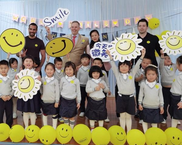 上海虹桥祥源希尔顿酒店携手小龙鱼幼儿园举办世界微笑日教育活动