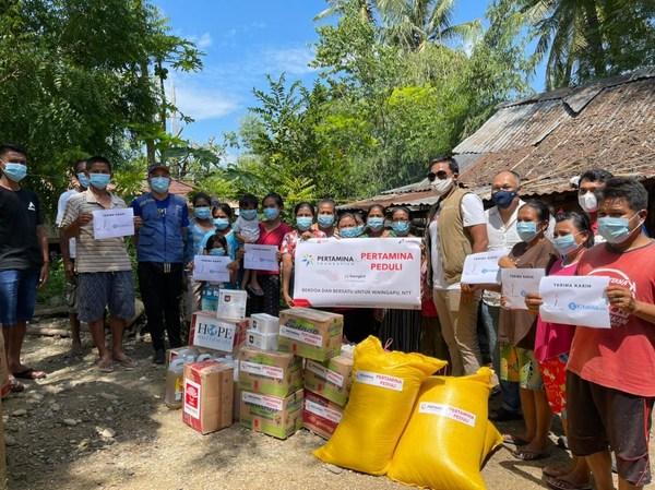 從寰宇希望印尼志願者那裡收到CapaJet捐贈口罩的受益人