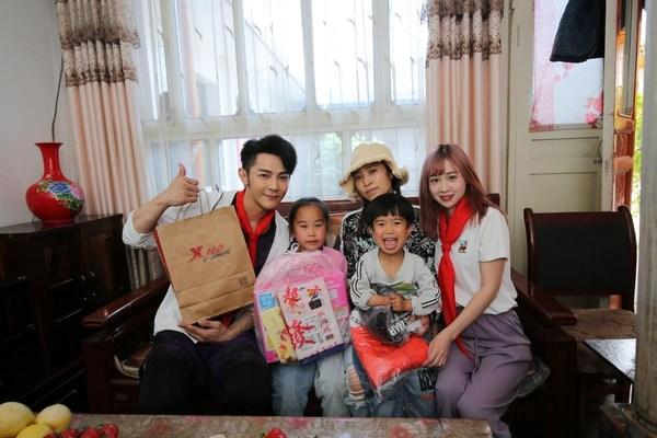 汪东城和丁佳敏走访当地受助学生