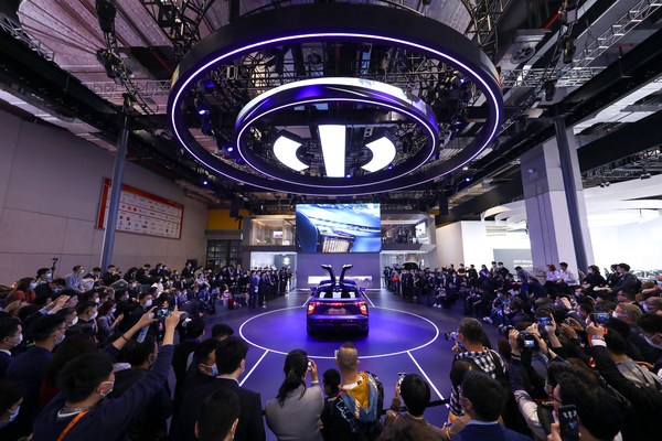 Human Horizons officially announced the four new HiPhi X models would be priced at RMB 570,000 for the Performance six-seater model, RMB 620,000 for the Luxury six-seater, RMB 680,000 for the Flagship six-seater, and RMB 800,000 for the Flagship four-seater. Each model is accompanied with a class leading worry-free warranty package.
