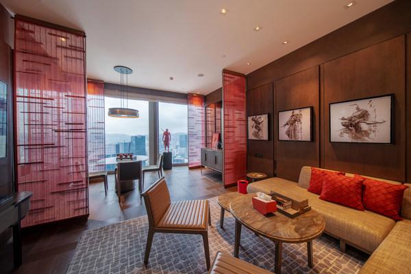深圳柏悦酒店携手著名雕塑艺术家任哲联袂打造赤子心主题套房