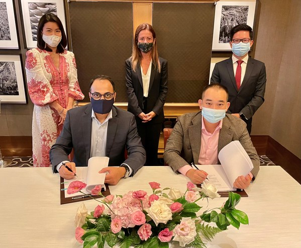 Marriott International Signs Agreement with IOI Properties Group to Bring A Tribute Portfolio Hotel to Malaysia Front row (seated, from left to right): Rajeev Menon (President, Asia Pacific - Excluding Greater China, Marriott International), Lee Yeow Seng (Executive Vice Chairman, IOI Properties Group Berhad).