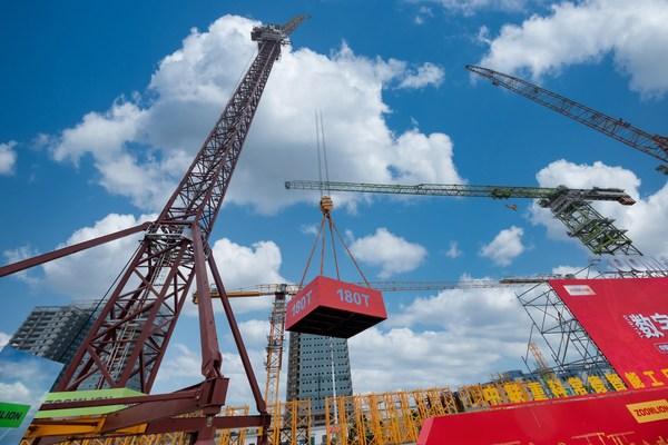 全球最大风电动臂塔机LW2340-180交付仪式现场。