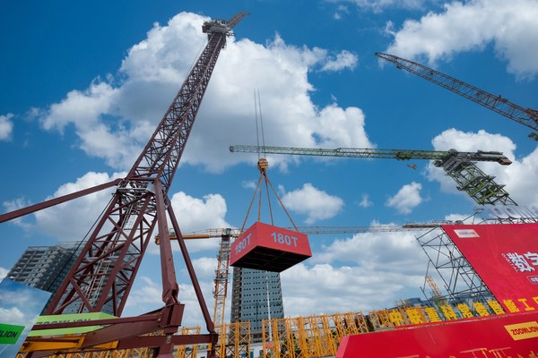 The delivery ceremony of the LW2340-180 wind power-based boom tower crane.