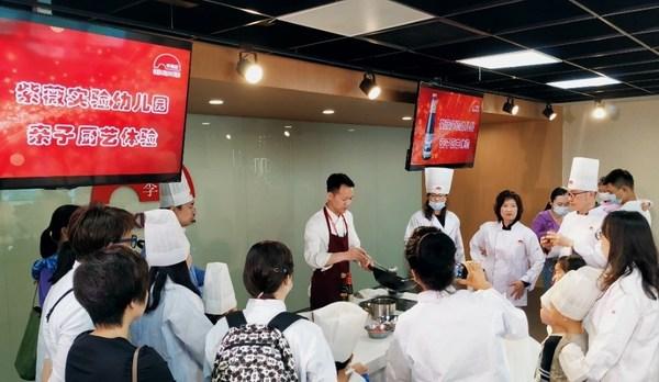 李锦记厨务经理演示烹饪