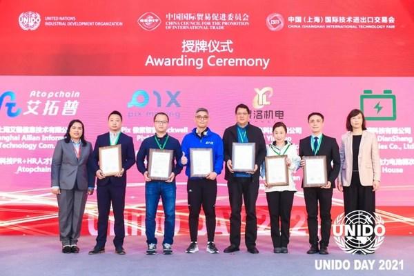 螳螂慧视COO张晓锋(左二)出席认证授牌仪式