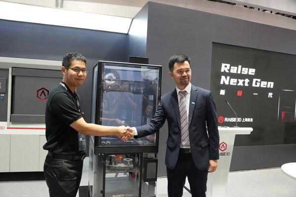 巴斯夫3D打印解决方案亚太区业务管理和运营总监陈立博士(右)与Raise3D 技术总监麦味先生(左)在TCT Asia 2021上联合宣布Raise3D 采用巴斯夫Forward AM 的Ultrafuse(R) 金属线材,推出金属熔丝制造3D打印解决方案。