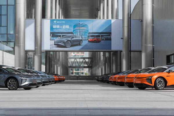 HiPhi X Founders Editionのオーナーは5月8日、計画通りのロールアウトを祝う車両納車式に参加するため、HiPhiプラザ・スマートファクトリーに集まった