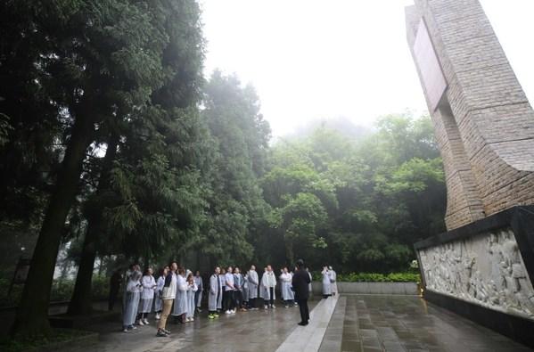新东方党员干部在娄山关战役纪念碑前了解当年的烽火岁月