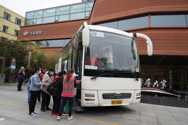 找回童年的记忆 大家保险带领长者畅游北京动物园