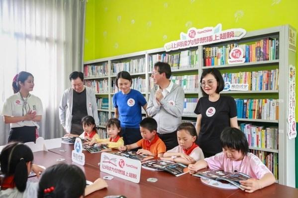 百勝中國的代表們爲孩子分發兒童節禮物,並在圖書角與學生們互動