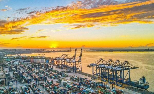 Foto udara menunjukkan Pelabuhan Yangpu China yang sibuk, terletak di pantai barat Pelabuhan Perdagangan Bebas Hainan pada 26 Mei. (Foto oleh Chen Yuancai / Hainan Daily)