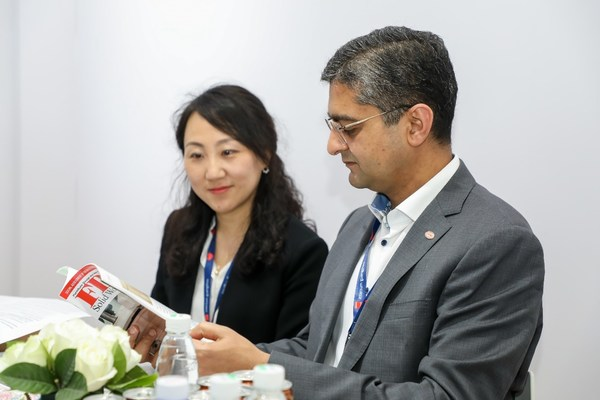 汉高粘合剂技术家居与运动时尚事业部全球负责人荣杰博士Dr. Rajat Agarwal(右)和汉高亚太区市场经理霍婷Nancy Huo(左)