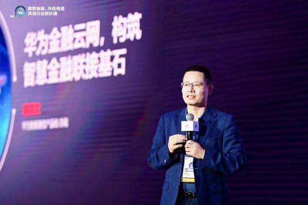 Kevin Hu, Chủ tịch dòng sản phẩm truyền thông dữ liệu của Huawei, cho ra mắt Giải pháp mạng lưới đám mây tài chính