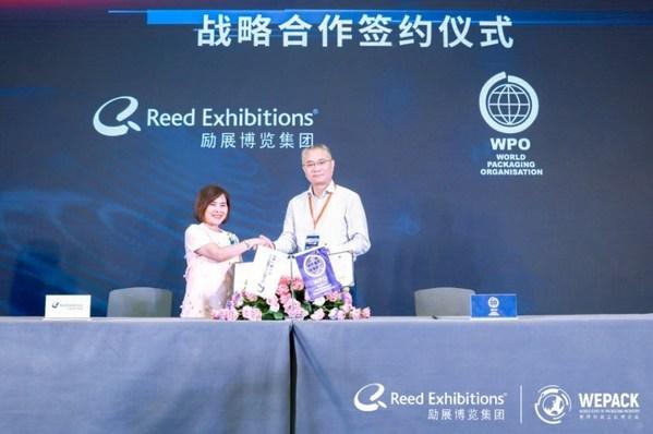 励展博览集团大中华区首席运营官李雅仪女士(左)与世界包装组织(WPO)中方代表中国包装联合会常务副会长兼秘书长王跃中先生(右)签署战略合作协议
