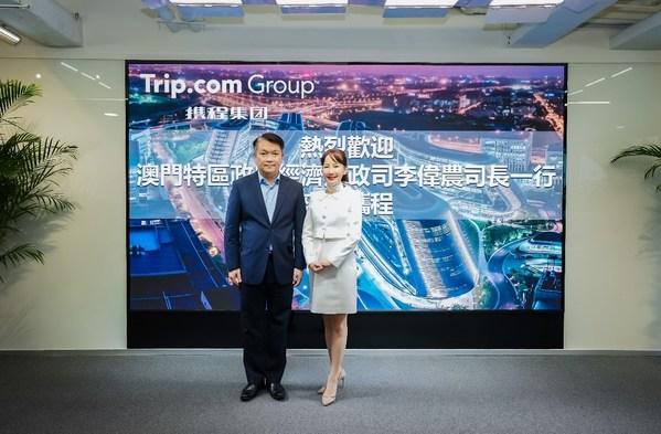 澳門特區經濟財政司司長李偉農(左)与攜程集團首席執行官孫潔合影留念