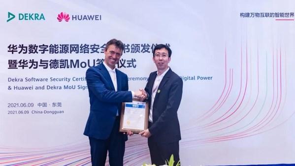 DEKRA德凯亚太区高级副总裁Gerhard Lubken先生(左)为华为数据中心全球能源营销支持部部长韩冬先生(右)颁发证书
