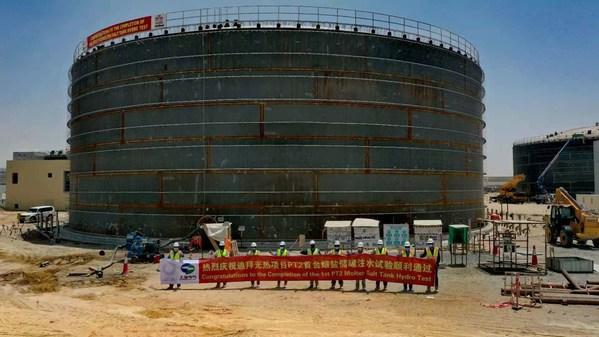 Para pekerja lapangan merayakan tuntasnya uji coba hidrostatis dengan tangki garam cair untuk Parabolic Trough Plant-II (PT2) pada PLTS Mohammed bin Rashid Al Maktoum Tahap Empat