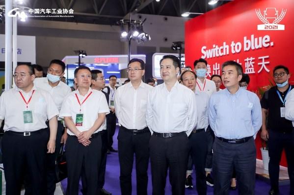 国家部委、重庆市政府与合作企业相关领导亲自莅临奥动新能源展台巡视