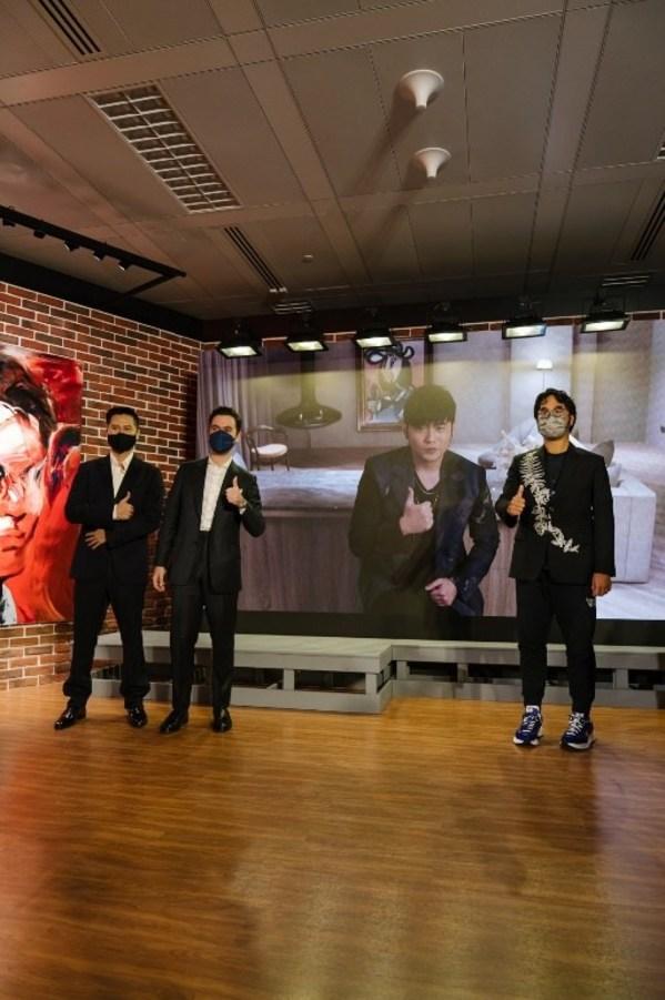 鄭志剛、周杰倫、洛嘉熙(Nathan Drahi)和 Jazz Li(從右至左)出席於K11 ATELIER Victoria Dockside舉行的VIP預展,為JAY CHOU X SOTHEBY'S拍賣預展揭開序幕