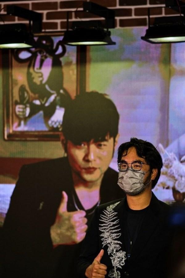鄭志剛(右)與周杰倫(左)在VIP預展中交流對當代藝術的真知灼見
