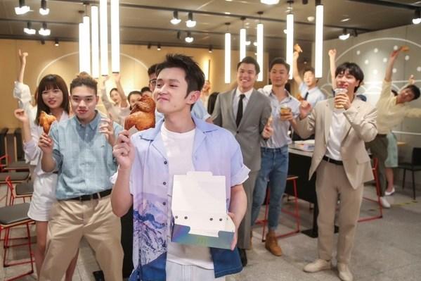 王勉与职场青年一同体验半鸡美味