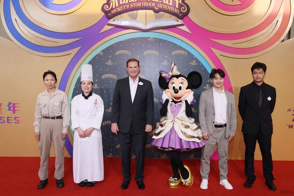 Minnie Mouse, Joe Schott and Cast Members