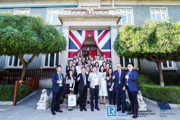 与会人员在英国大使馆官邸前