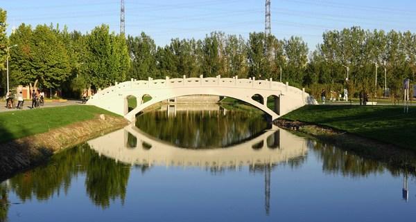 由河北工�I大�W�R���ソ淌�F�共同建造的3D打印�蛄�,全�L28.15米、�艨缍�17.94米