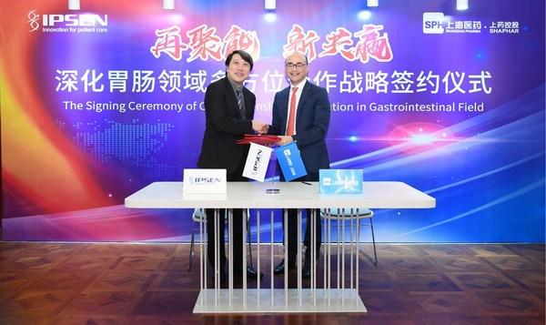 益普生中国总经理陈家麟(左)与上药控股有限公司总经理李永忠(右)签署合作协议