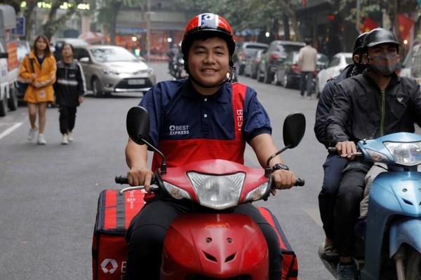 百世越南快递员在送包裹