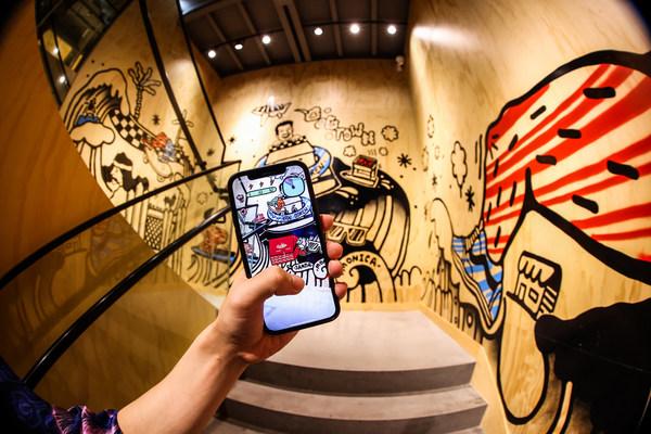 楼梯墙面涂鸦作品与AR游戏《鞋盒大作战》
