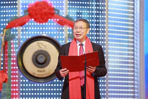 氣派科技董事長梁大鐘先生在上市儀式中致辭和敲鑼。