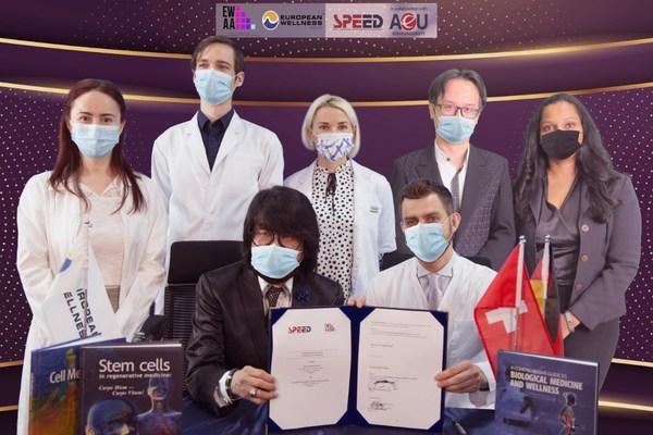 Prof. Dr. Mike Chan bersama Dr. Volodmyr Chernykh memegang MoA yang telah ditandatangani bersama dengan pendidik EWAA.